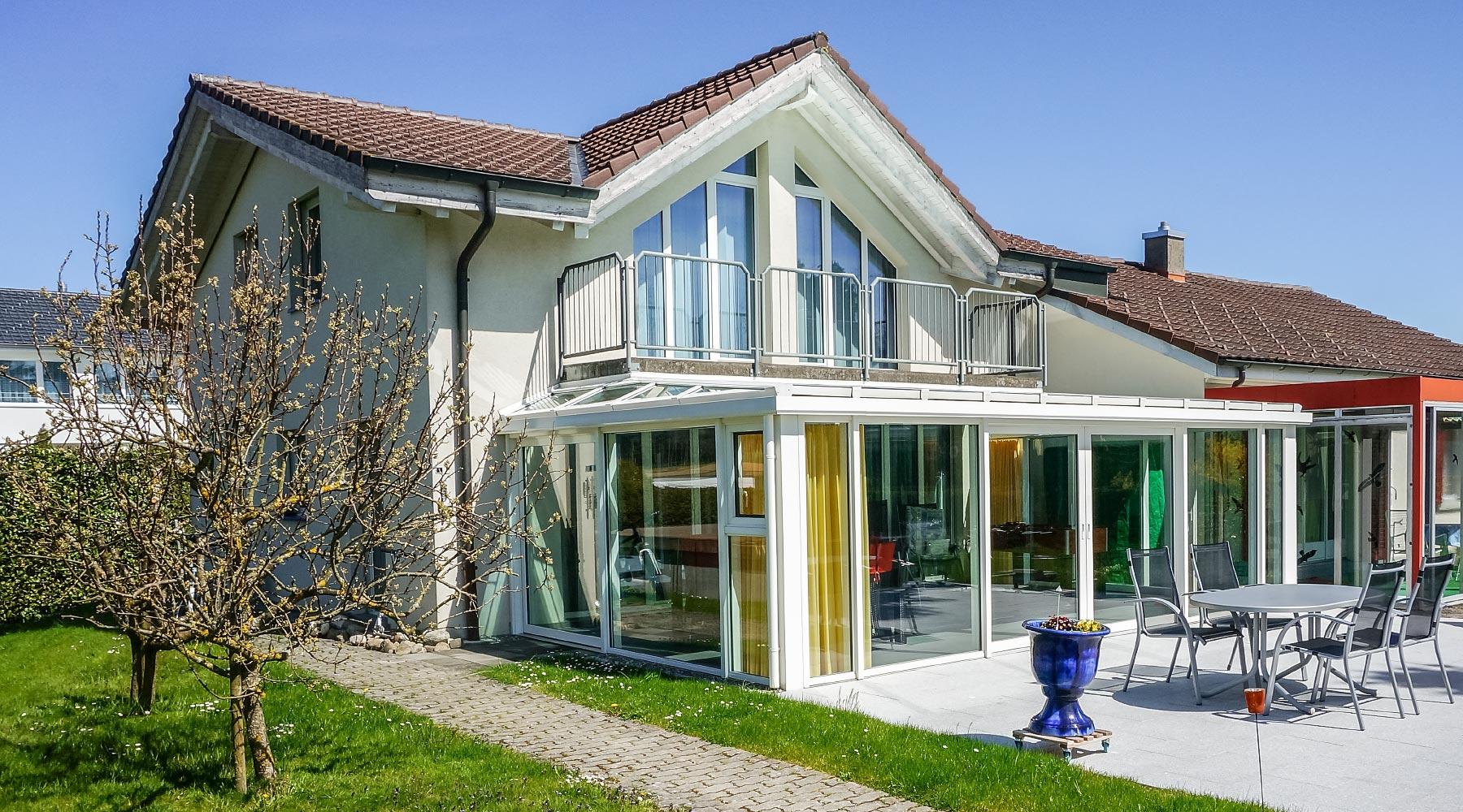wintergarten mit balkon darber kosten innenr ume und m bel ideen. Black Bedroom Furniture Sets. Home Design Ideas