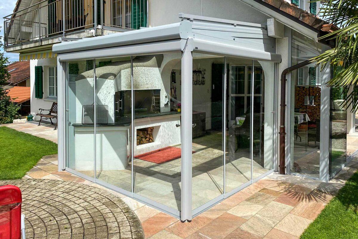 Klug geplant und Filigran gebaut - Bestehendes Cheminée und Vordach integriert bei dieser Sommerverglasung