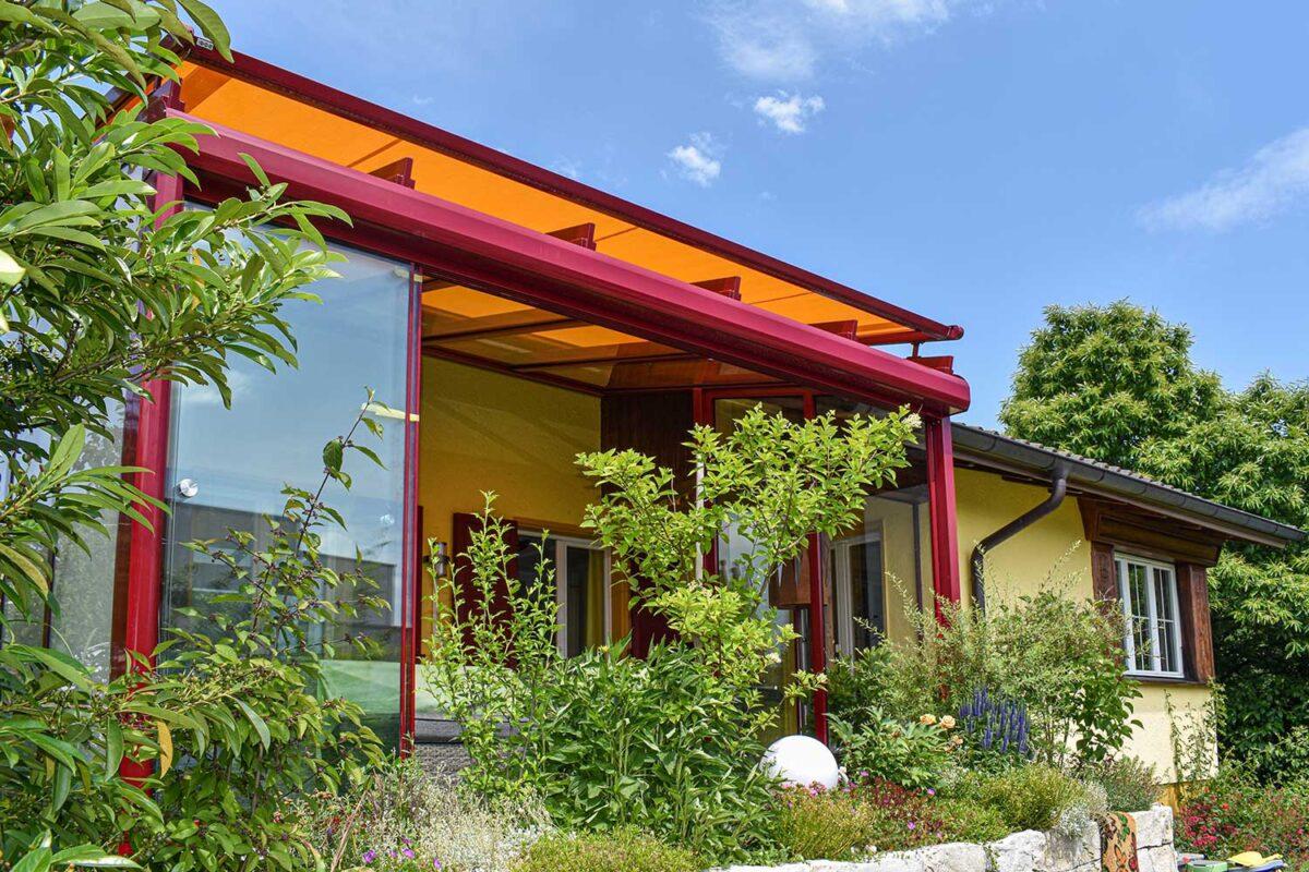 Schritt für Schritt ausgebaut zum Sommergarten - zuerst nur Dach und Seitenverglasung, später alles Seiten verglast