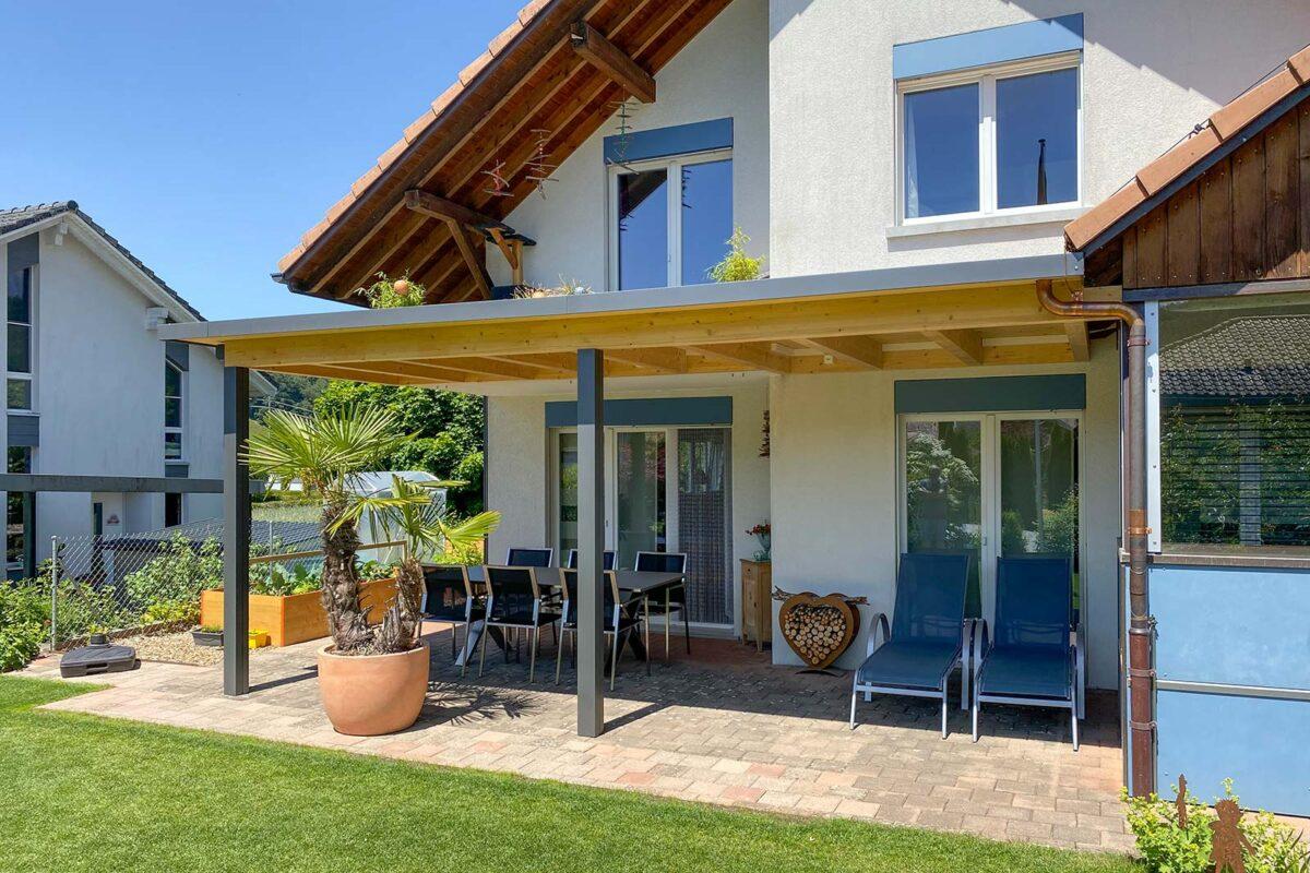 BERNA Terrassenlounge Light mit Senkrechtmarkise als Wind- und Sichtschutz
