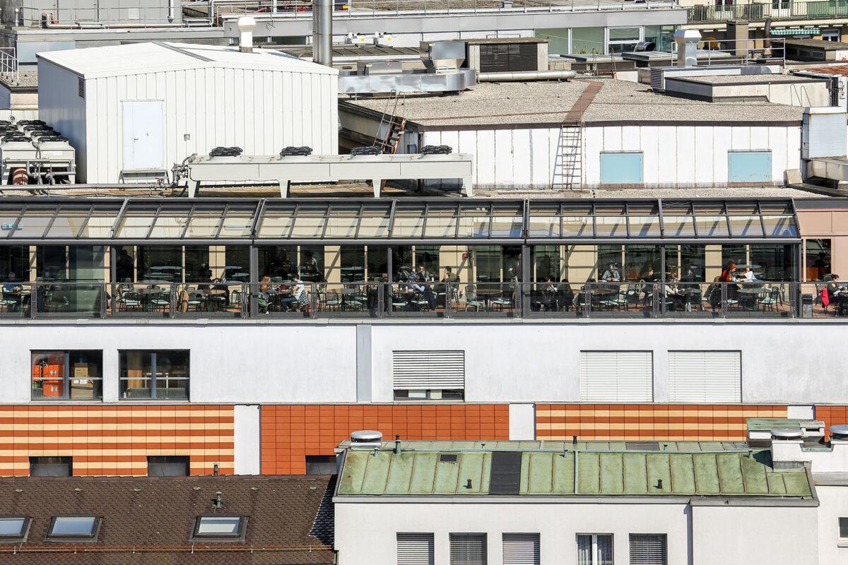 Terrassenverglasung bei Coop Restaurant inmitten der Stadt Lausanne