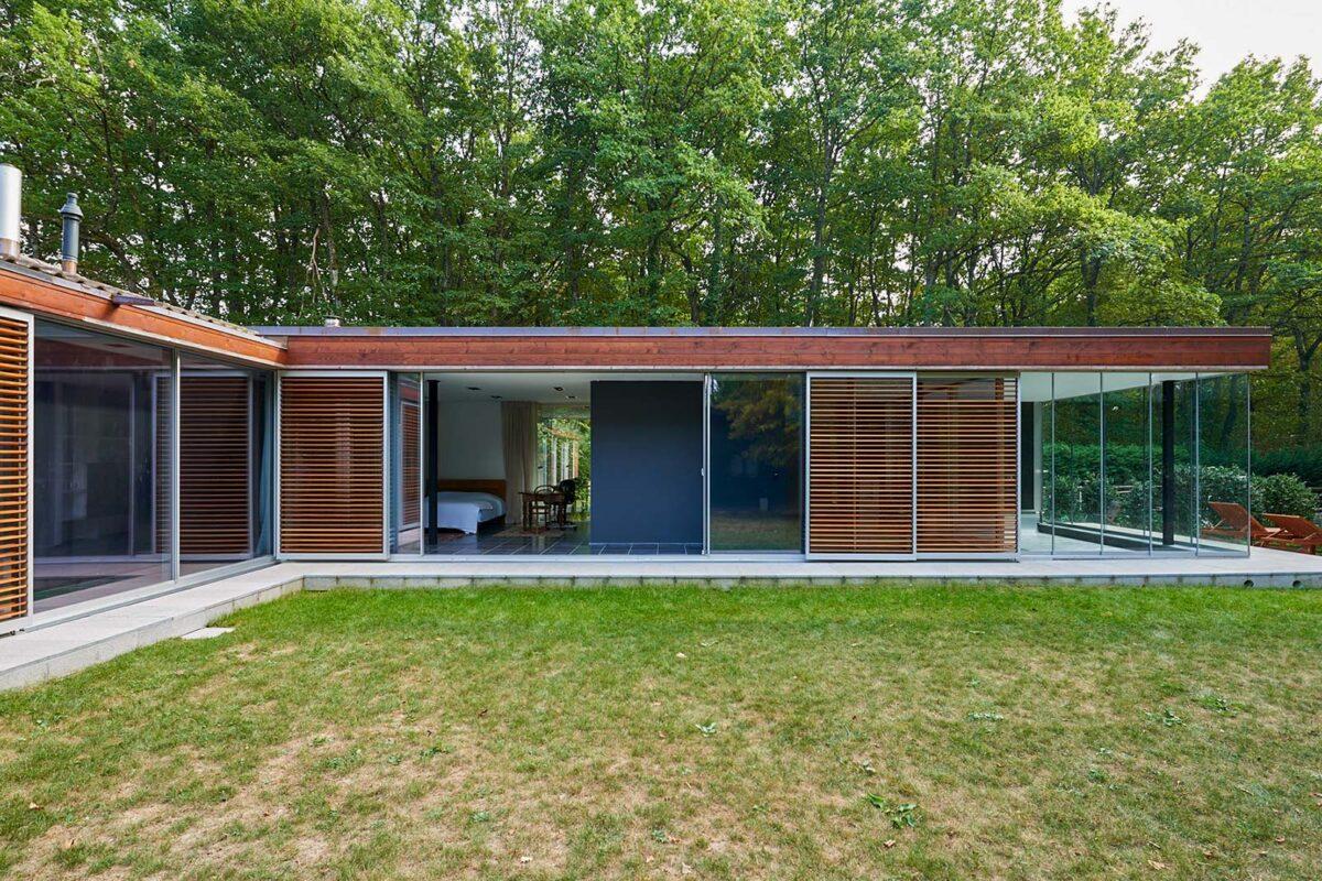 """Filigranverglasung minimal windows als Wohnraumabschluss und Vollglasschiebewände beim """"Poolhoue"""""""