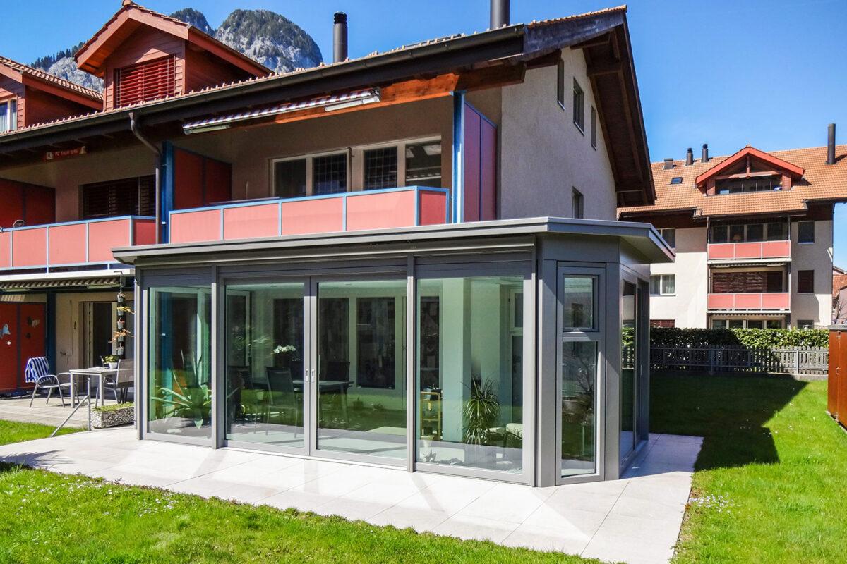 Filigraner Flachdachwintergarten mit integriertem Dachoblicht und grosszügiger Fensterfronten