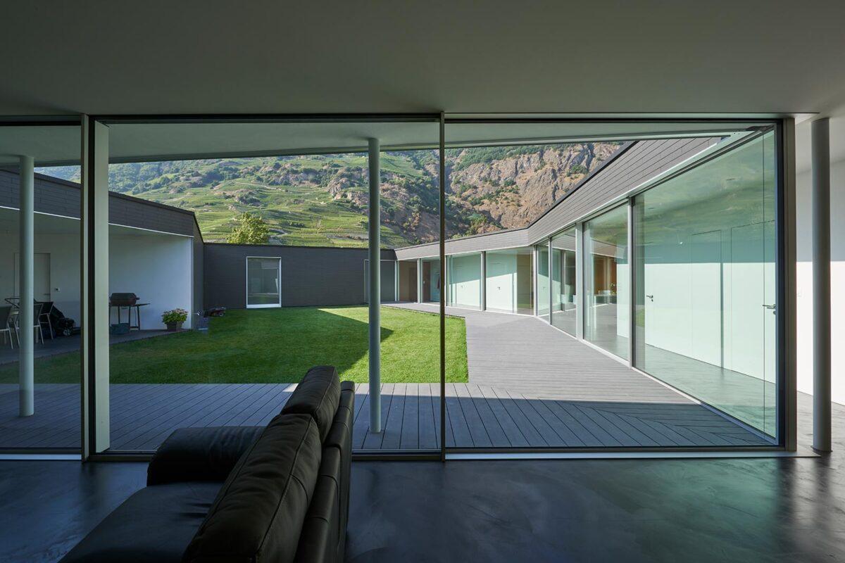 Filigranverglasung minimalwindows 4+ bei einem Neubau mit Innenhof