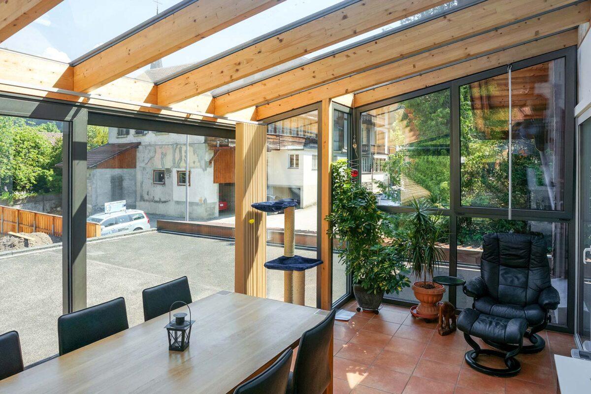 Holzwintergarten in Pultdachform mit Aluminiumverkleidung aussen