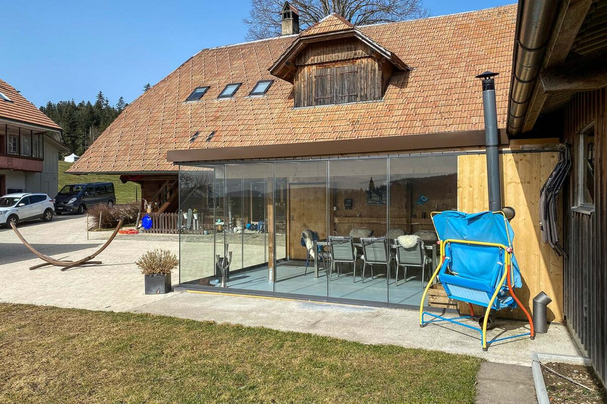 Gartenhalle wurde durch Bauherrschaft erstellt. Wir durften die Vollglasschiebwand VG17 liefern mit der Ecköffnung.