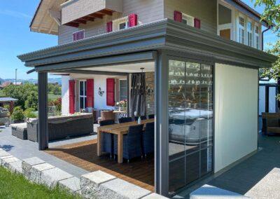 Terrassenlounge Berna - Sitzplatzüberdachung – Terrassenüberdachung – Glasdach – Lamellenpergola – Lamellendach – Wetterschutz für Möbel – Stobag – SunParadise – Nyon – Terrado – Hawaii40 – CUBO - Schutz vor Wind, Regen und Schnee – geschützte Terrasse -