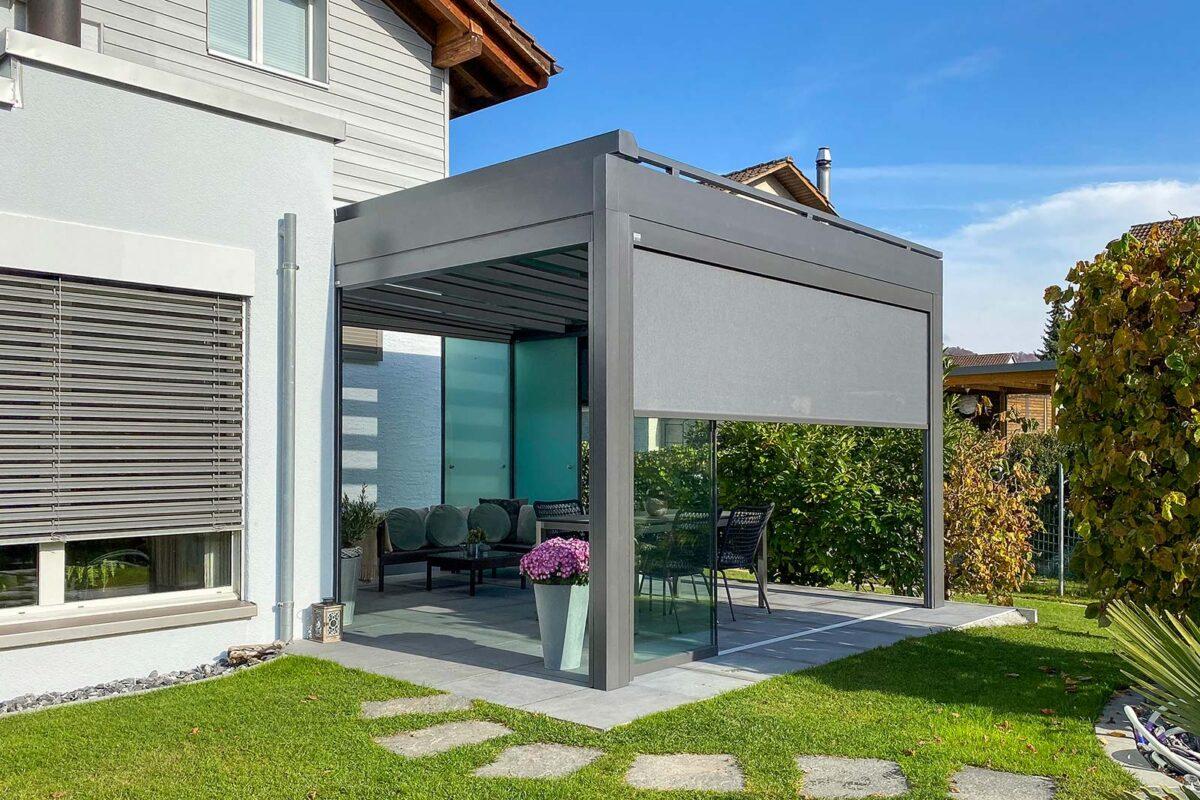 CUBO Terrassendach von SunParadise ausgestattet mit Vollglaschschiebewänden, Senkrechtmarkisen, LED-Spots und Dachbeschattung