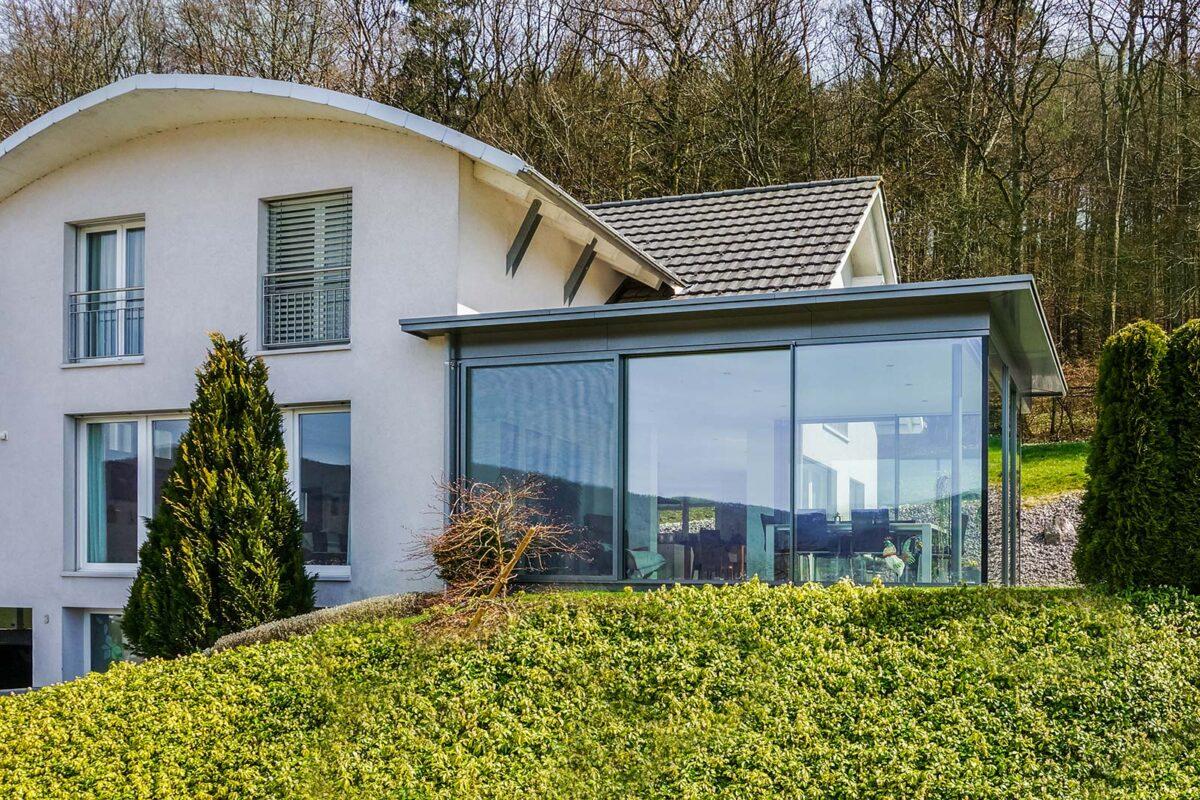 Moderner Flachdachwintergarten ganzjährig nutzbar mit Filigranverglasung minimal windwos
