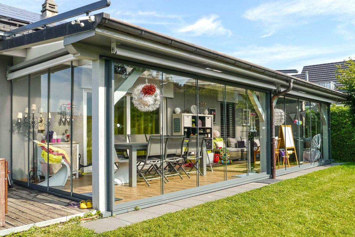 Bestehende Terrassenüberdachung ausgestattet mit Vollglasschiebewänden VG17