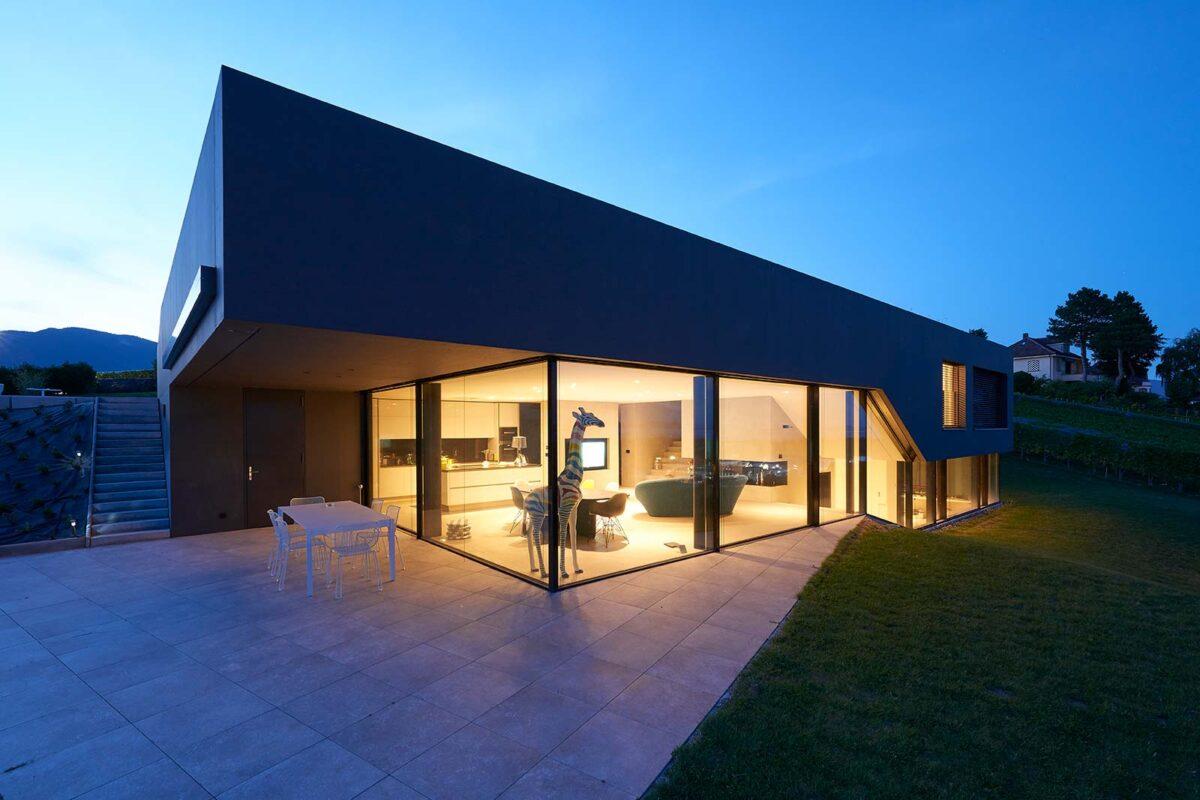 Rahmenlose Schiebeverglasung minimalwindows bei Villa am Neuenburgersee