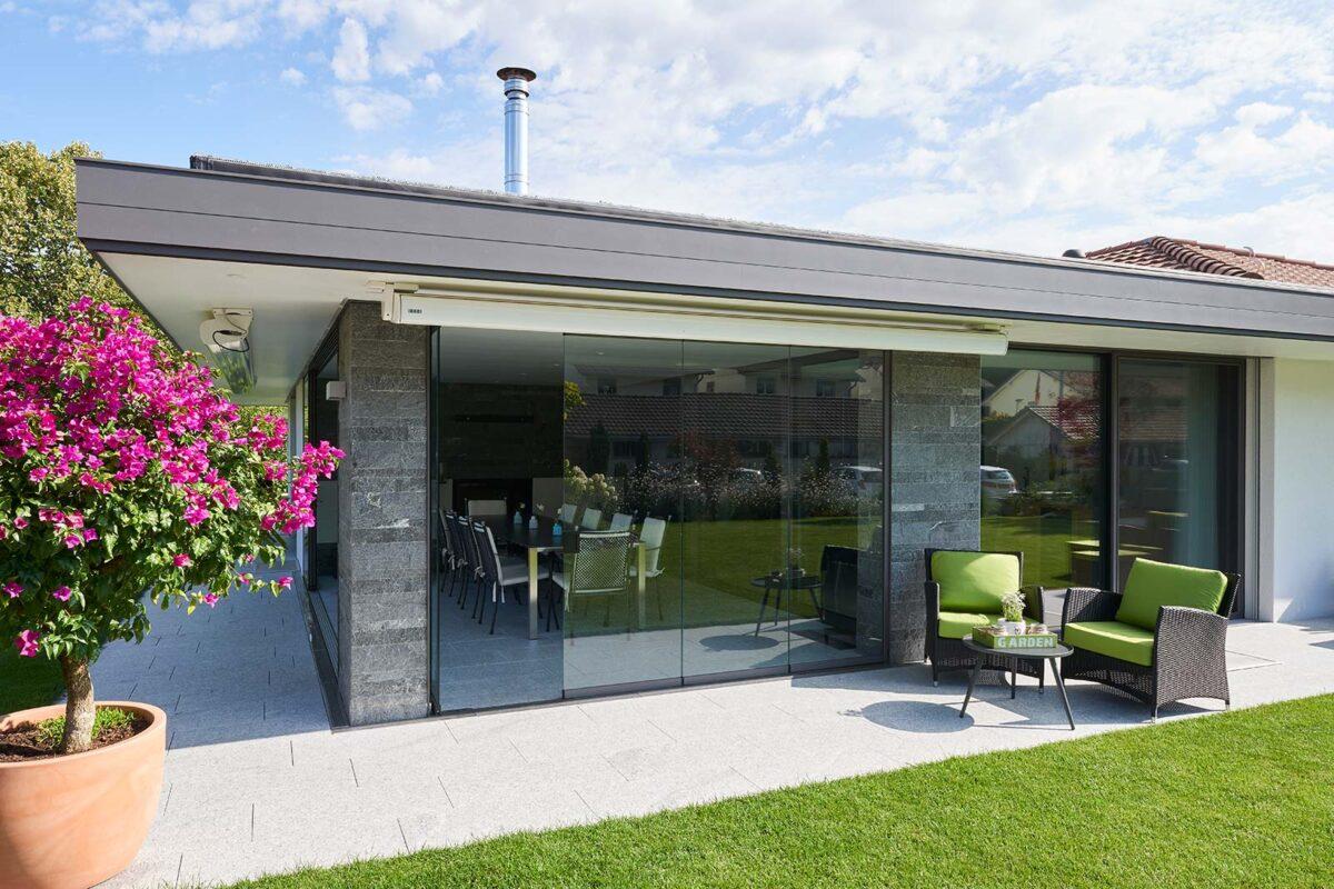 Fassade neu verglast mit Filigranverglasung und anschliessender Sommerverglasung als Schutz vor Wind und Regen - GSS17