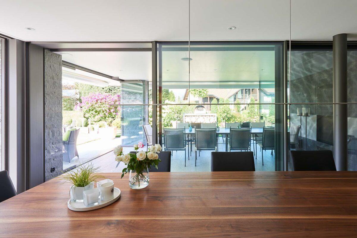 Fassade neu verglast mit Filigranverglasung und anschliessender Sommerverglasung als Schutz vor Wind und Regen