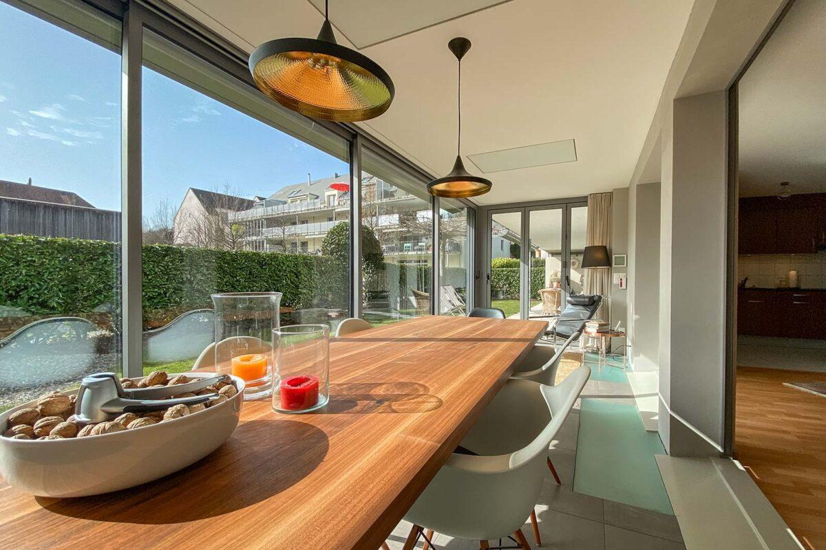 Isolierte Schiebe- und Faltwand ISO41 und Thermo60 von Sunparadise unter dem Balkon.  Ebenfalls Boden und Decke sind isoliert.  Terrassenverglasung, Sitzplatzverglasung