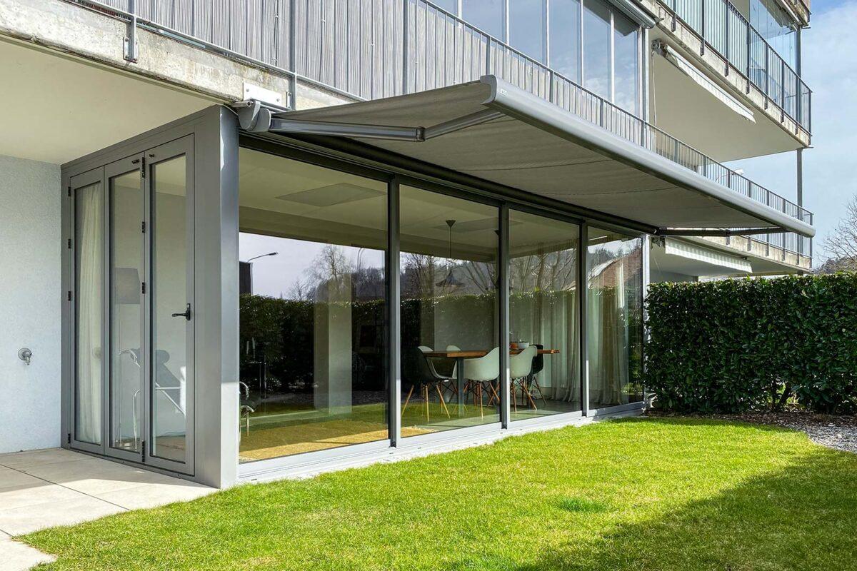 Isolierte Schiebe- und Faltwand ISO41 und Thermo60 von Sunparadise unter dem Balkon.  Ebenfalls Boden und Decke sind isoliert.