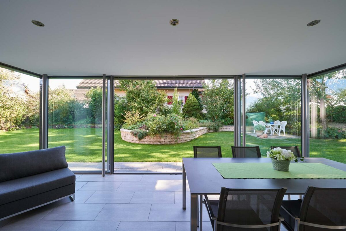 Wintergarten Flachdach mit Filigranverglasung minimal windows und Dachterrasse