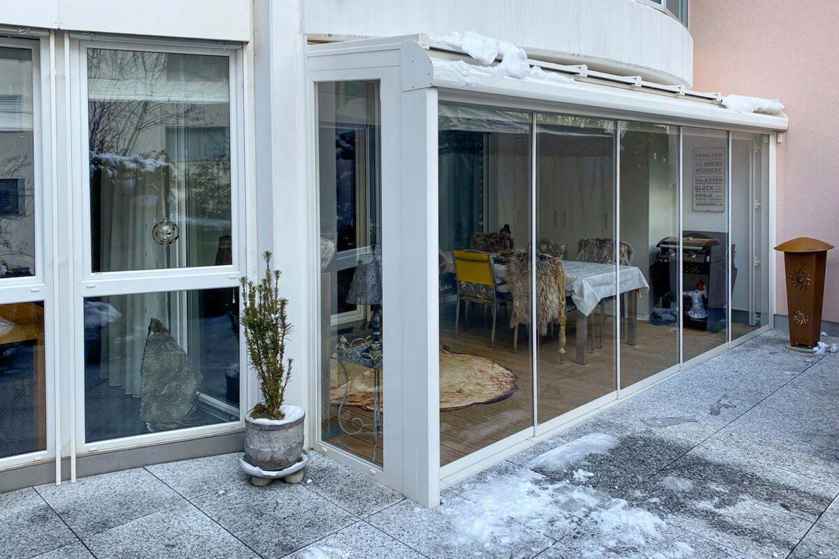 Verglasung unter dem Balkon als Schutz vor Schnee und Regen