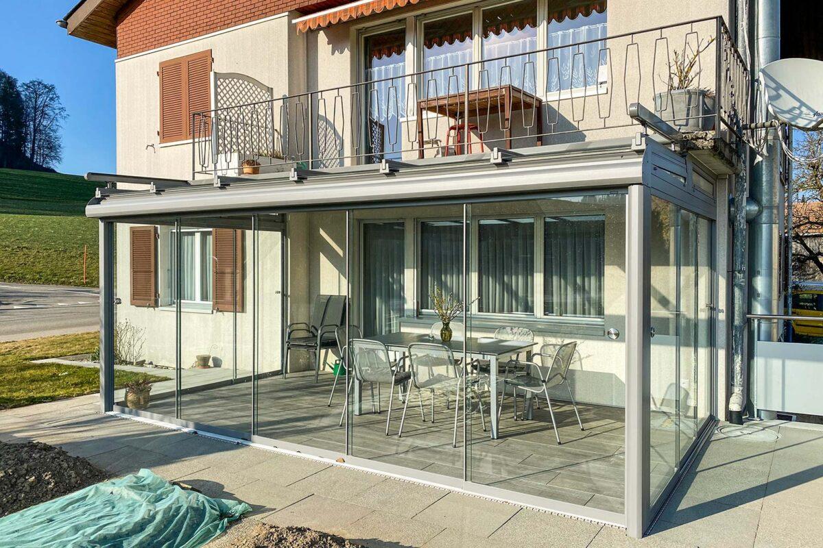 Perfekt der Situation angepasster Sommergarten - Unter dem Balkon angebaut und ideal integriert - Hawaii40 von SunParadise mit Vollglasschiebewänden VG17